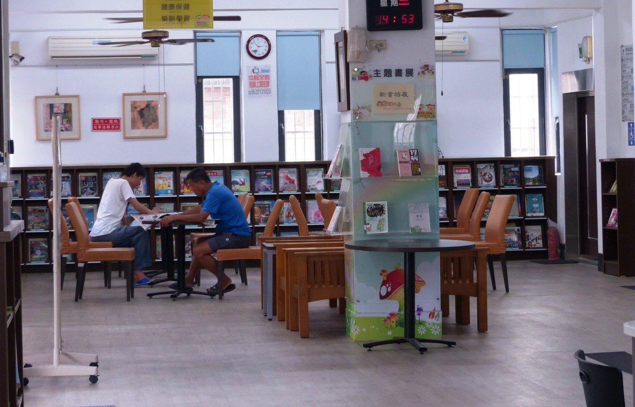 圖書館的閱報區常有民眾前往看報或是休息,只要不打擾其他讀者,館方人員都不會加以干...