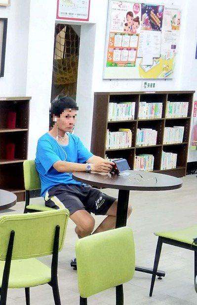 田中鎮立圖書館一名中年男子突然對女子和小孩甩水,讓民眾飽受驚嚇。記者凌筠婷/翻攝