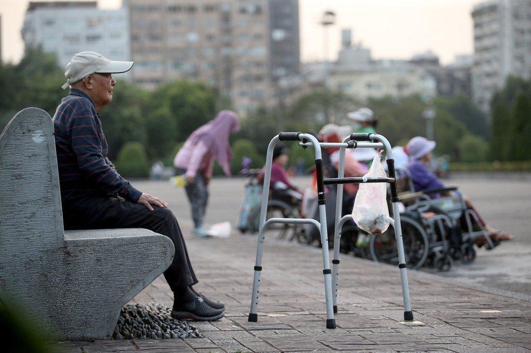 台灣已進入高齡化社會,民間團體推動長照安排假,期盼能達到照顧不離職。本報資料照片。