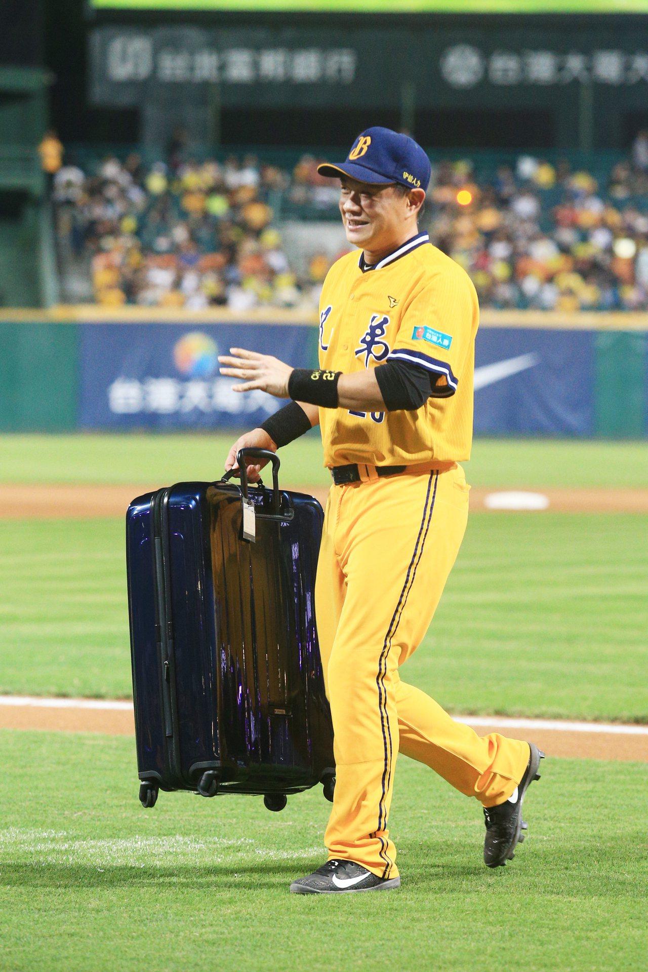 陳金鋒送上行李箱作為彭政閔的引退禮。記者陳正興/攝影