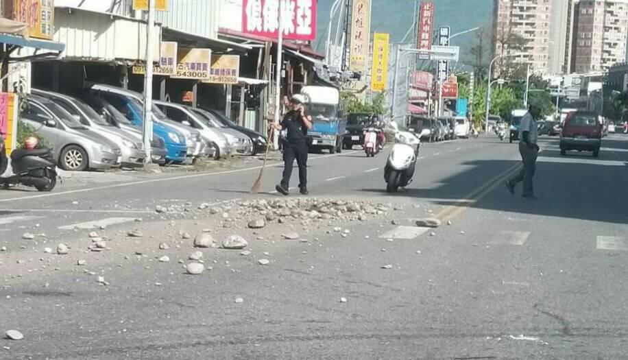花蓮一輛載著砂石的大貨車疑似車斗覆蓋未完全,沿途掉落許多砂石,影響行車安全,警方...