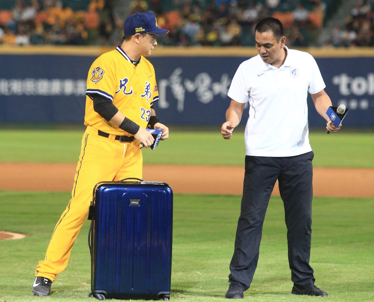 彭政閔球員生涯接近尾聲,好友陳金鋒送上行李箱當引退禮。記者陳正興/攝影