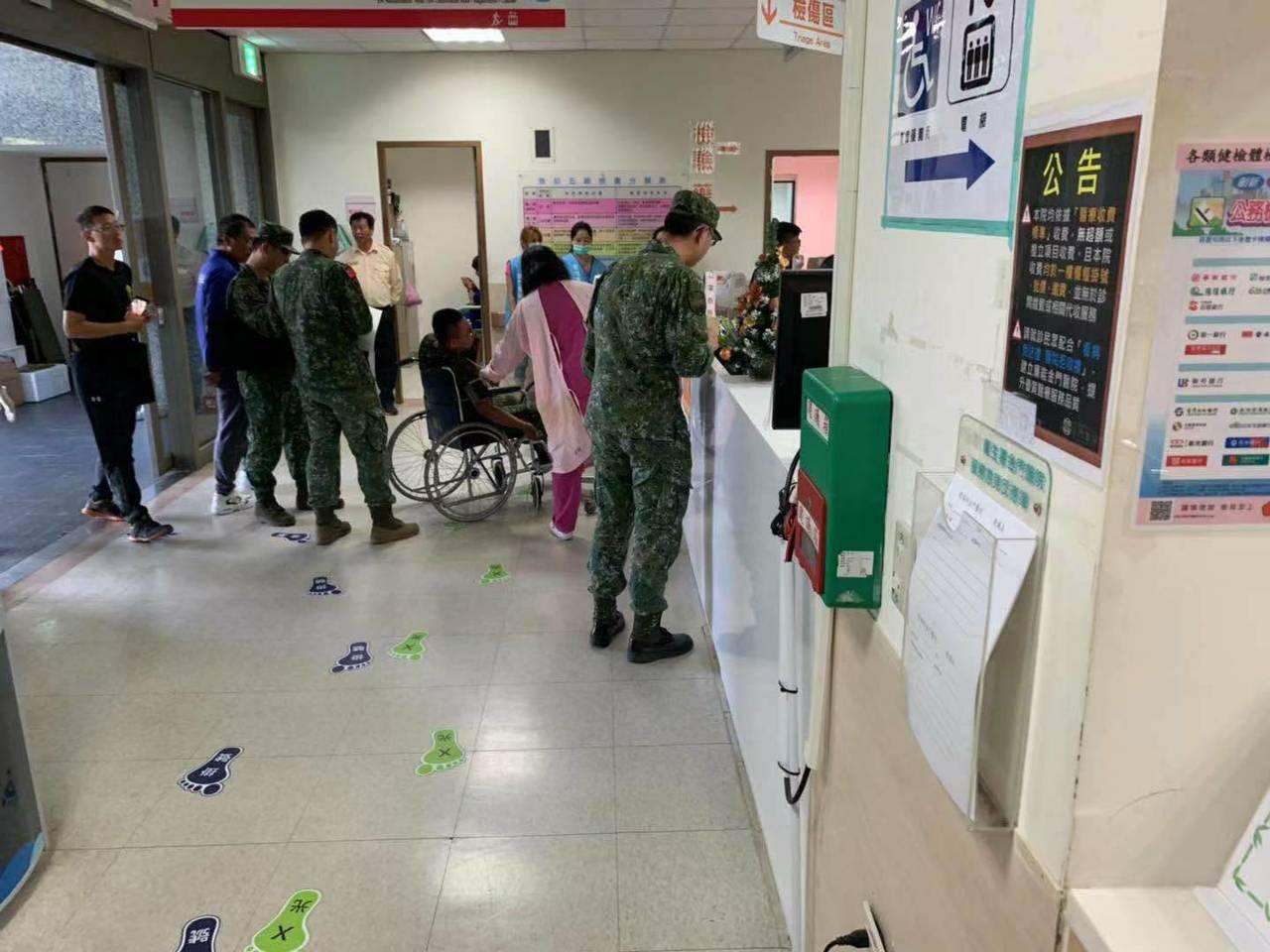 陸軍金門防衛指揮部3名士兵四肢輕微擦傷及灼傷,經過送醫診治後,僅1人留院觀察。圖...