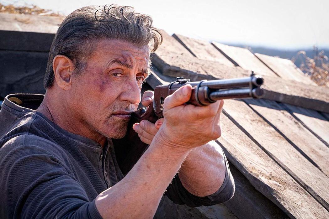 席維斯史特龍在「藍波:最後一滴血」繼續力抗強敵。圖/摘自imdb