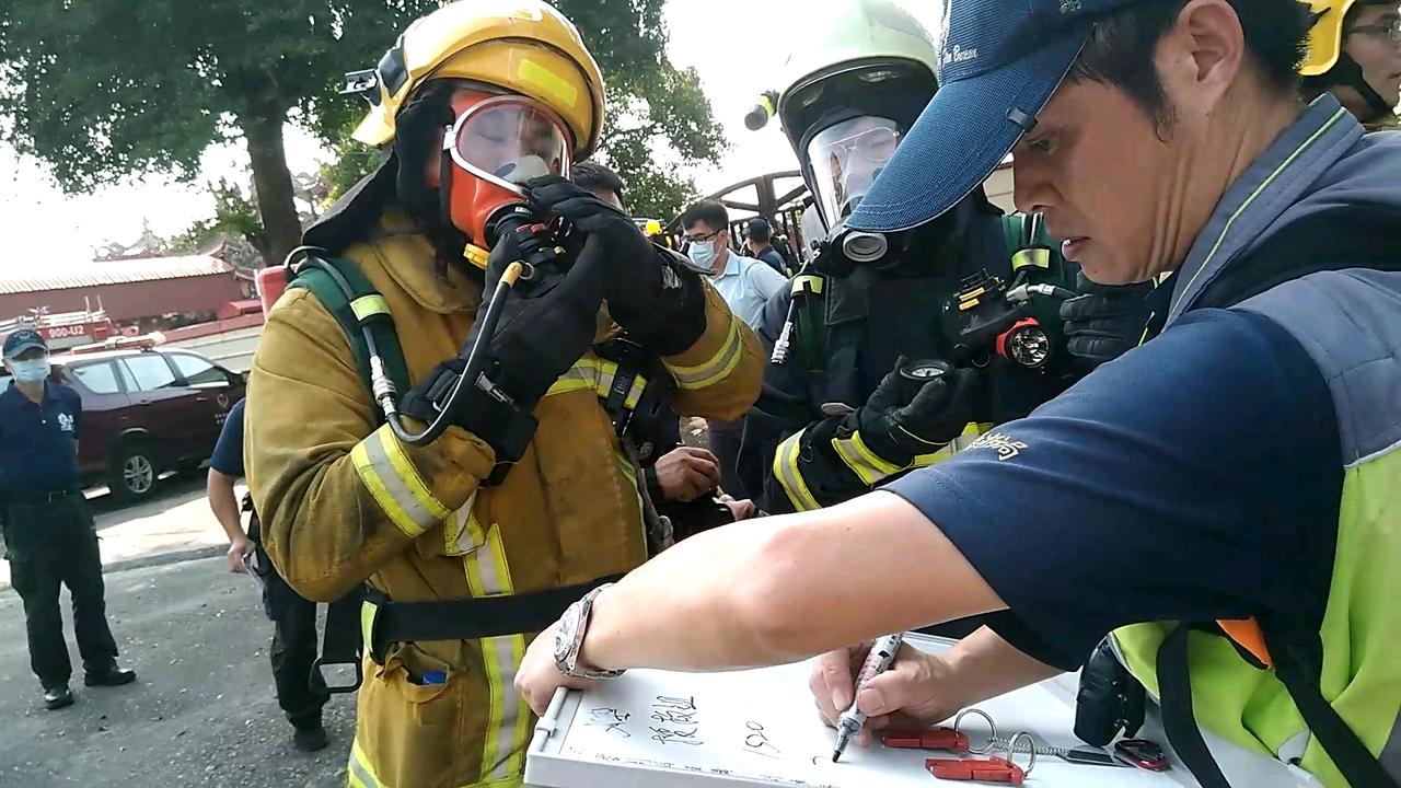 救災人員前往救災前,先做設備確認及檢查。記者陳玫伶/攝影