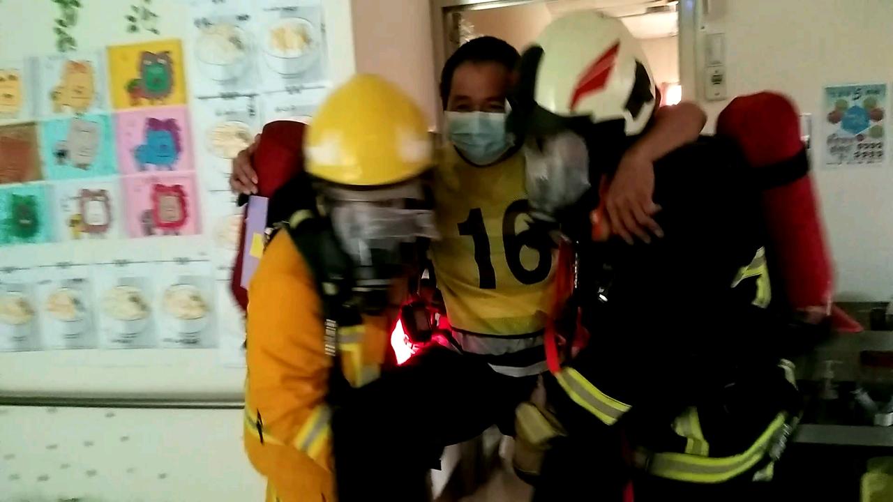 救災人員模擬搶救受災民眾。記者陳玫伶/攝影