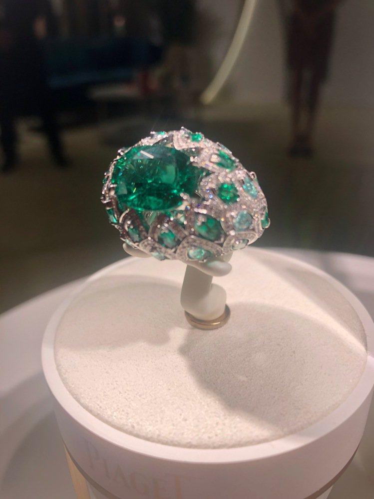 描繪人王冠龍舌蘭的鑽戒巧妙採用產自尚比亞的祖母綠綠中帶藍的特質。記者孫曼/攝影