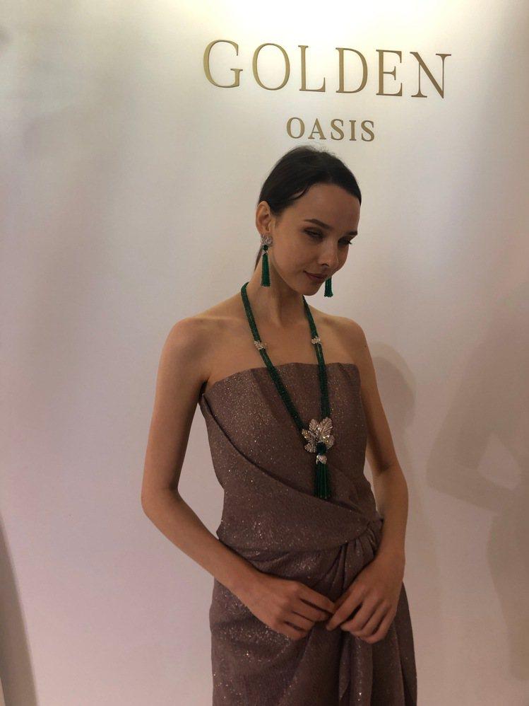 模特兒演繹伯爵金燦綠洲系列頂級珠寶中單價最高的Secret Oasis祖母綠項鍊...