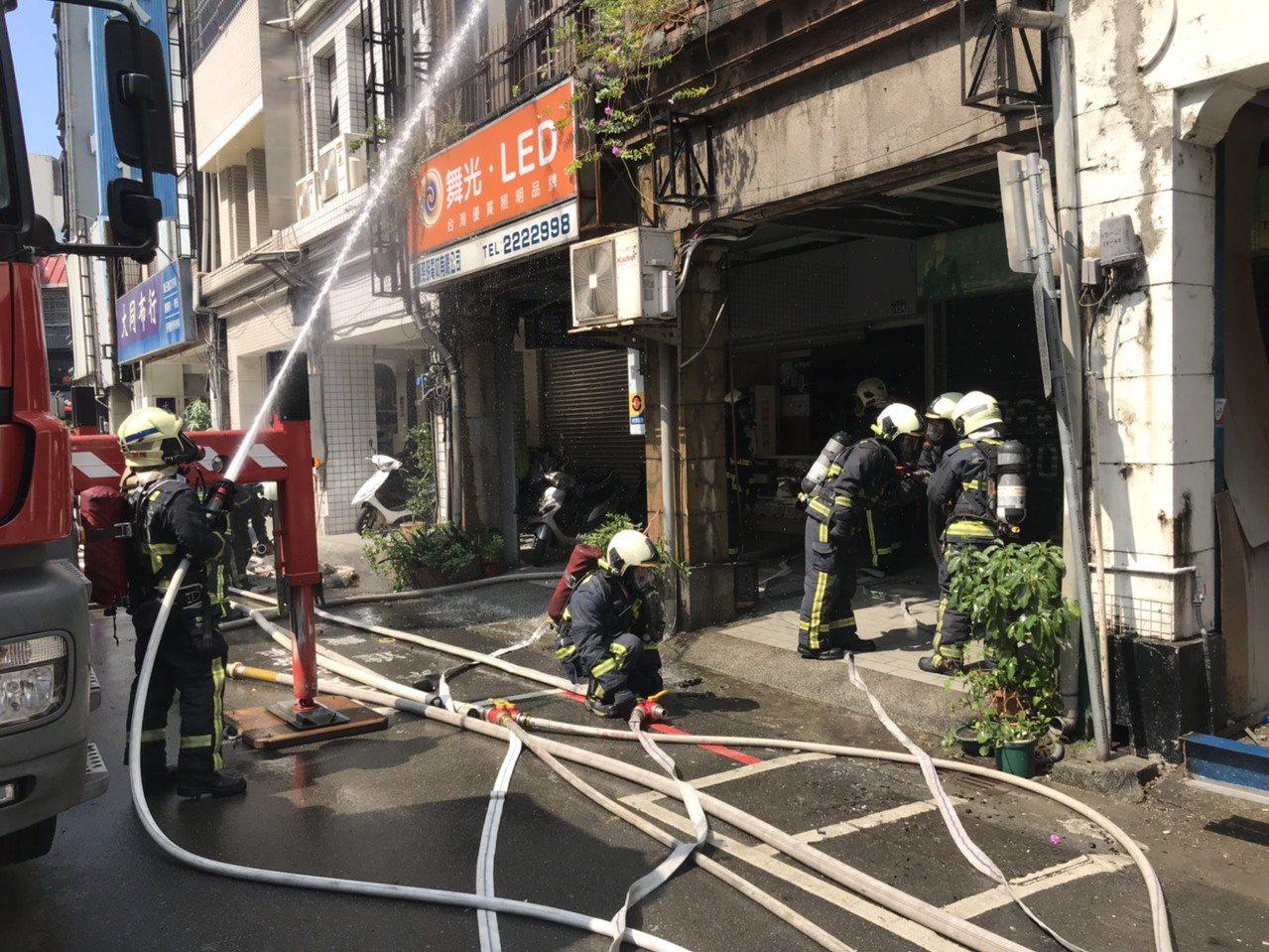 台中市前市長張溫鷹過去在中區成功路的服務處,今天下午傳出火警,幸未釀人員傷亡。記...