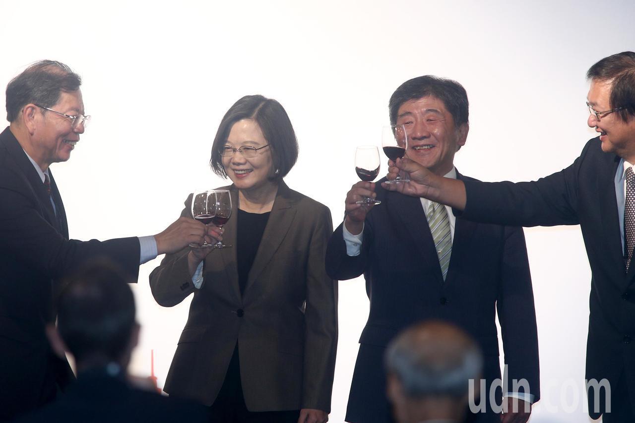 蔡英文總統(左二)晚上在醫策會董事長林啓禎(左起)、衛福部陳時中與醫策會執行長王...