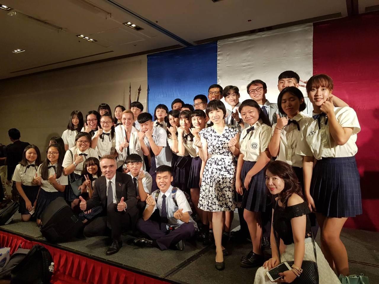 桃園大園國際高中的第二外語課,共有日文、德文、法文、西班牙文四種語言。法語教師雍...