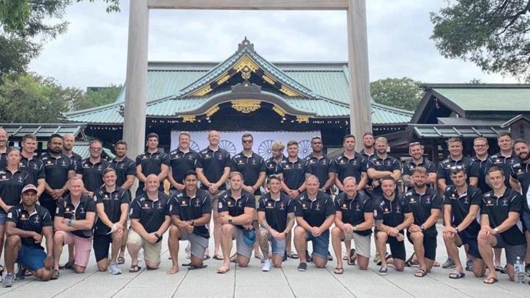 英軍橄欖球隊在日本靖國神社前合影,引發軒然大波。圖/摘自球隊推特