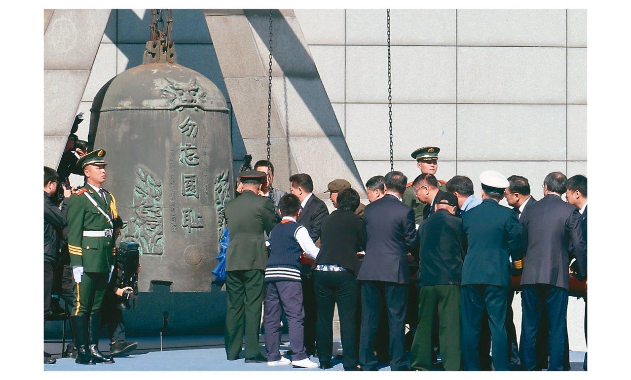 瀋陽在紀念「九一八事變」活動上,撞響「九.一八」歷史博物館旁「警世鍾」。 中新社