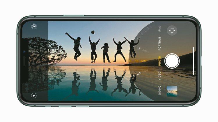 iPhone 11 Pro系列全新的超廣角、廣角與望遠三相機系列,提供更多樣化的...