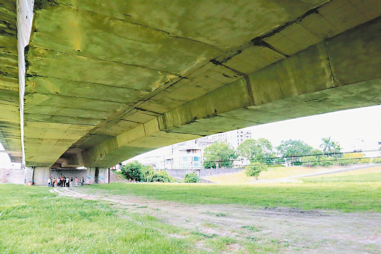 宜蘭市公所將在宜興橋下打造越野土坡場,預計農曆年前完工啟用。 圖/宜蘭市公所提供