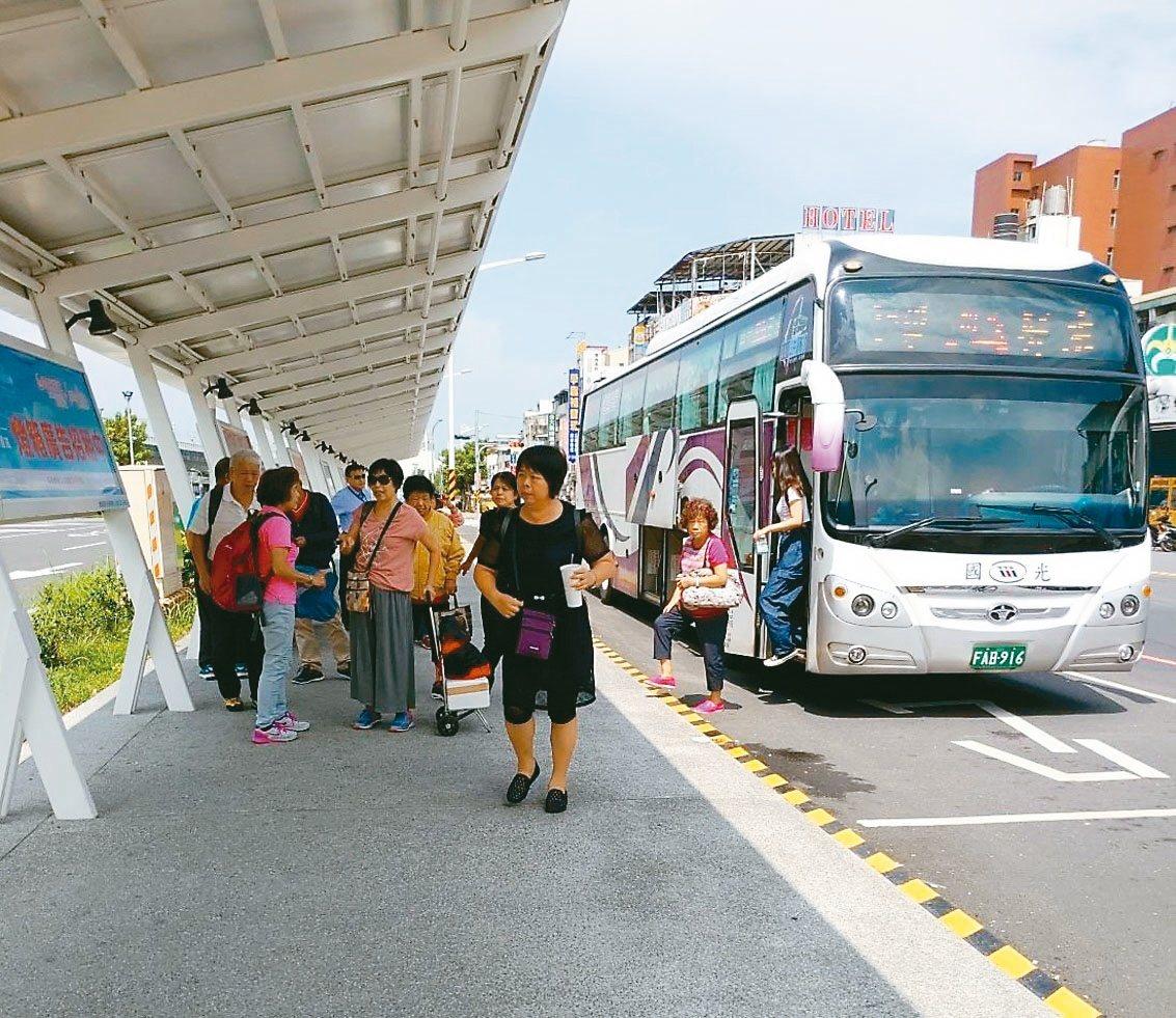 今年的國慶焰火將在屏東河濱公園舉行,縣府估計吸引十萬人潮,預計出動300輛遊覽車...