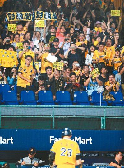 中信兄弟象彭政閔在新莊棒球場的最後一打席雖遭三振,滿場的觀眾仍是起立為他鼓掌。...