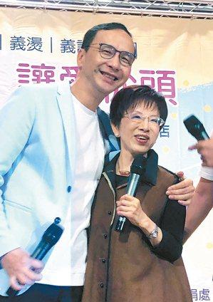 國民黨前主席洪秀柱(右)、朱立倫(左)昨一同出席「重陽敬老義剪義燙」活動。 記者...