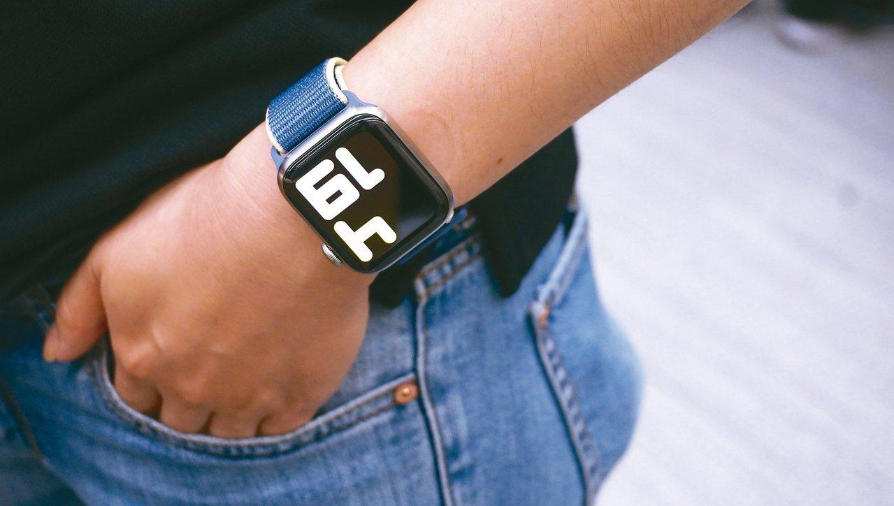 Apple Watch Series 5具備隨顯螢幕,隨時顯示時間等重要資訊,並...