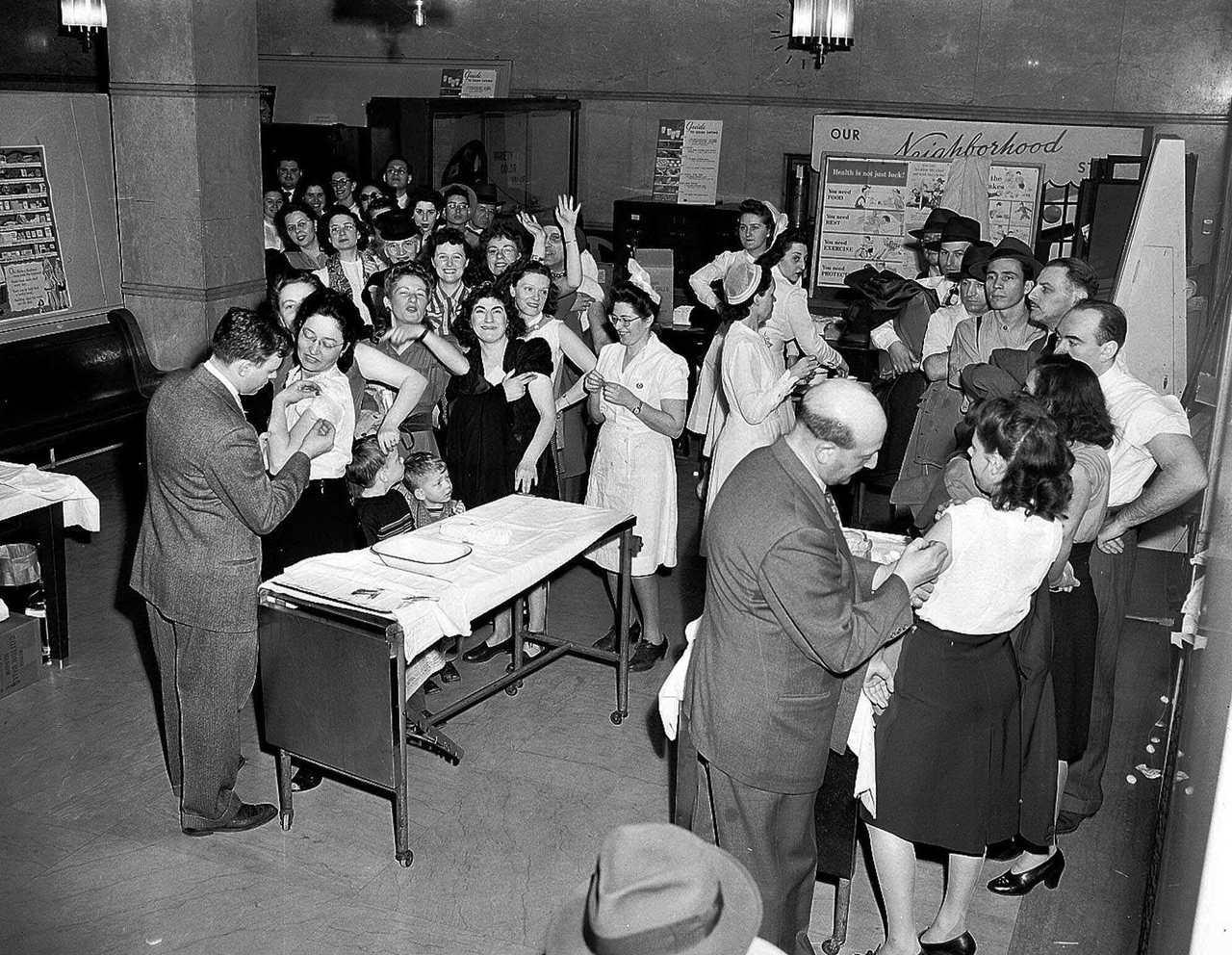 1947年兩名醫師在紐約市衛生局為民眾接種天花疫苗。 (美聯社)