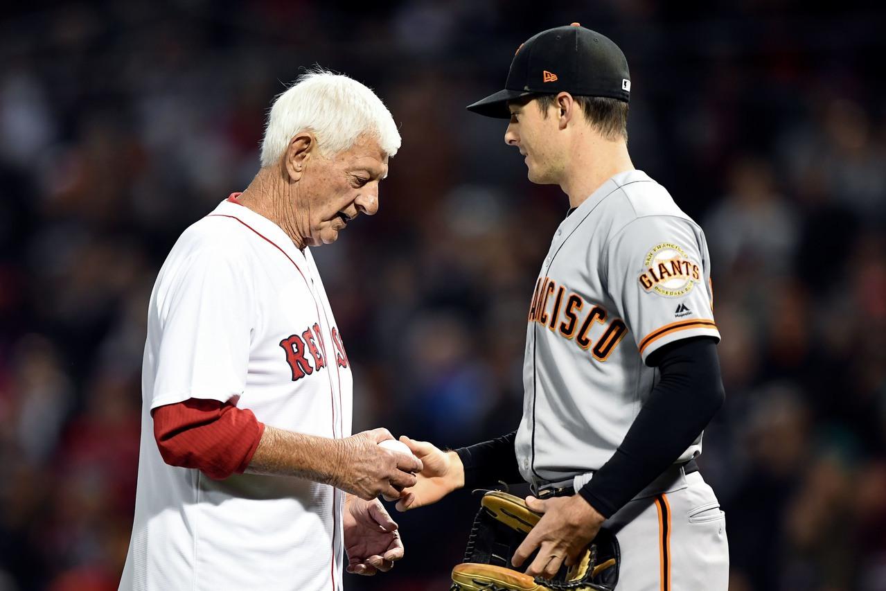 紅襪名人堂球星卡爾‧亞斯川斯基(左)為紅襪開球,效力巨人的孫子接捕成為經典畫面。...