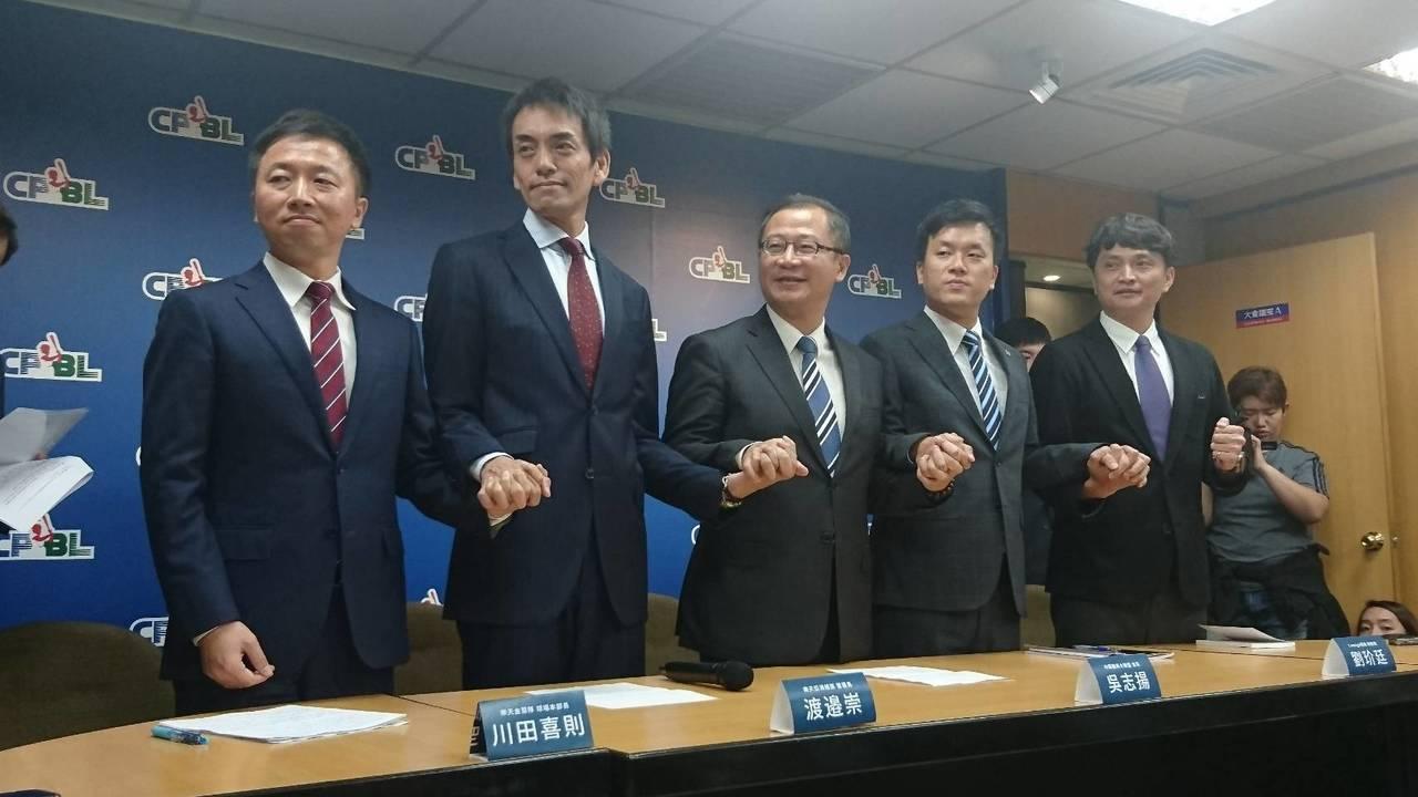 Lamigo桃猿總經理劉玠廷(右二), 樂天亞洲總部營運長渡邊崇(左二)、樂天金...