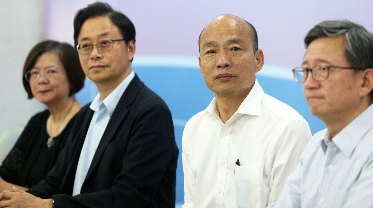 國民黨總統參選人韓國瑜(右二)推全民長照保險,每個月多繳「一個便當加一個滷蛋」的...