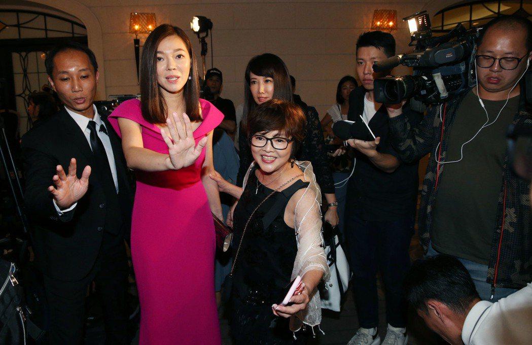 曾馨瑩出席2019與愛共舞國標慈善晚會,一到場會即成為媒體關注的焦點。記者林俊良...
