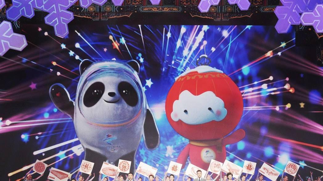 冰墩墩(左)與雪容融分別是北京冬奧與冬殘奧會的吉祥物。 (新華社)