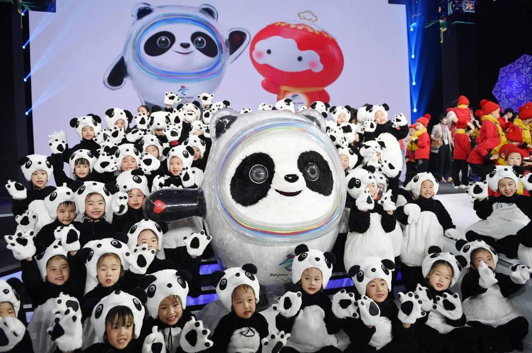 冬奧會吉祥物名為「冰墩墩」,形象來源於中國大陸國寶大熊貓,意喻敦厚、健康、活潑、...