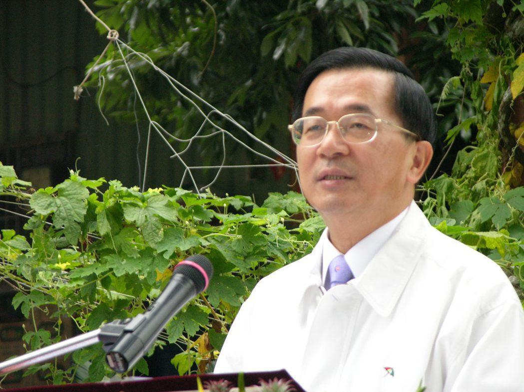 2004年大選前一年,時任總統的陳水扁開出提高月領4000元競選支票。 報系資料...