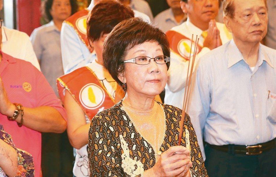 前副總統呂秀蓮被阿扁說「天命已過」,於是跑到松山奉天宮參拜「我要請示玉皇大帝」。...