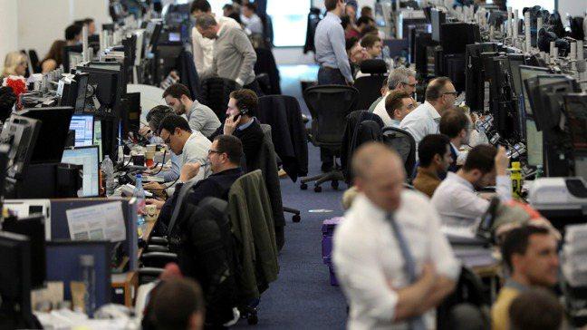美國聯準會17日出手向市場注資,平息短期利率飆升的情況。路透