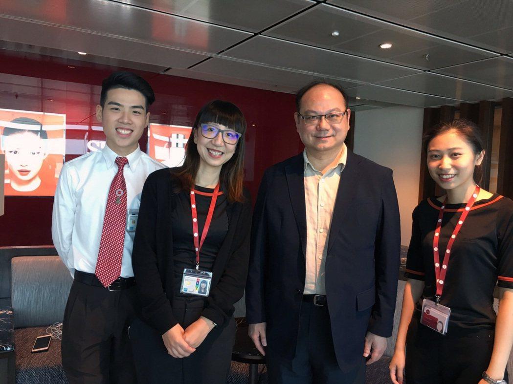 龍華科大校長葛自祥(右2)赴國外參加學術研討,在新加坡樟宜機場探視海外實習學生。...