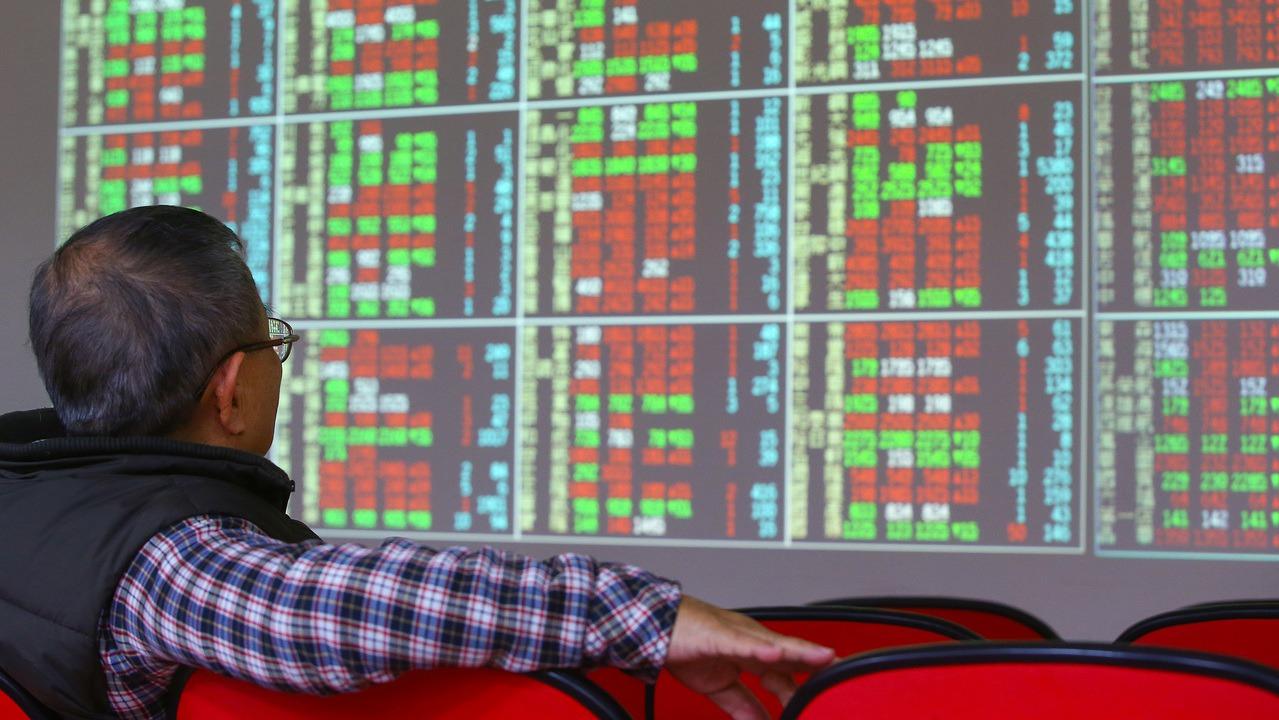 投資ETF不僅有助分散風險,且專業經理人也會定期檢視與更換成分股,投資人可省下不...