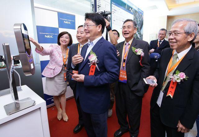 邀請貴賓體驗人臉辨識搭配電子登機證快速通過安檢。NEC台灣總經理賴佳怡(左起)、...