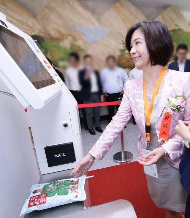 NEC台灣總經理賴佳怡體驗人臉辨識自助結帳。 NEC台灣/提供