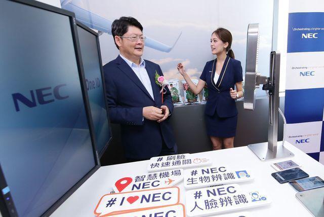 交通部政務次長黃玉霖體驗人臉辨識快速登機。 NEC台灣/提供