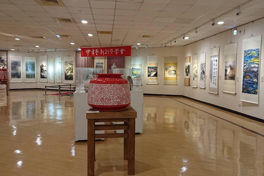 在中壢藝術館第2展覽室舉辦的「2019愛您藝久」的會員聯展作品。 中華藝新創作學...