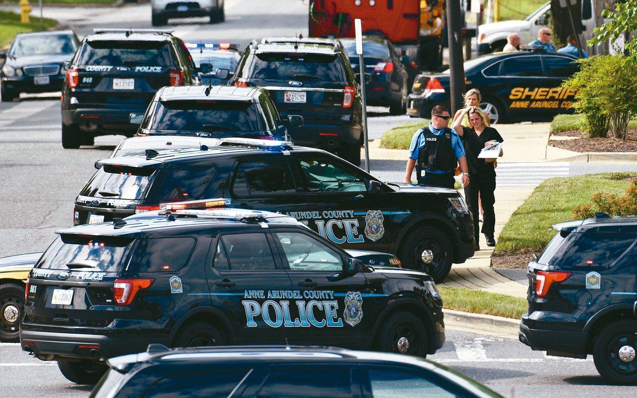 美國每年將近四萬人死於槍下,圖為馬里蘭州槍擊案現場的警車檔案照。 美聯社