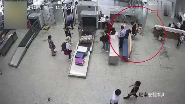 女網紅安檢時趁職員不備,偷偷帶違禁品入站。(梨視頻截圖)