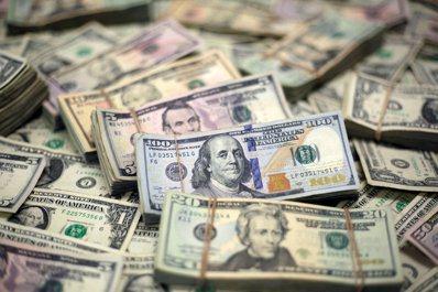 最近兩天美國的拆借利率突然飆升,迫使聯準會出手。路透
