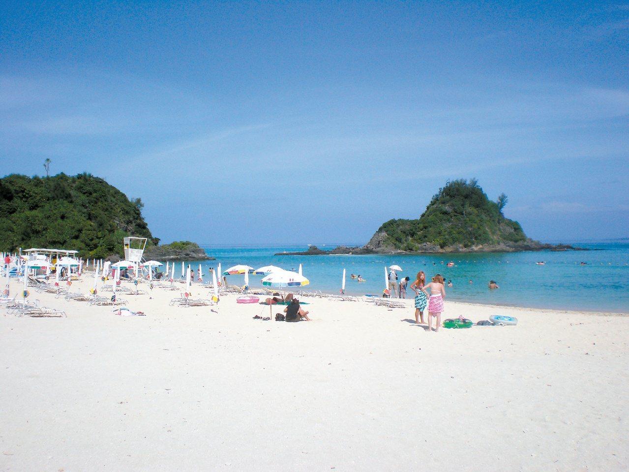 沖繩Kariyushi海灘的沙灘超白,配上藍天碧海,景致優美。 記者饒磐安/攝影