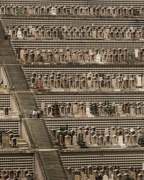香港墓園擁擠的程度讓人驚訝。圖擷自Finbarr Fallon的instagra...