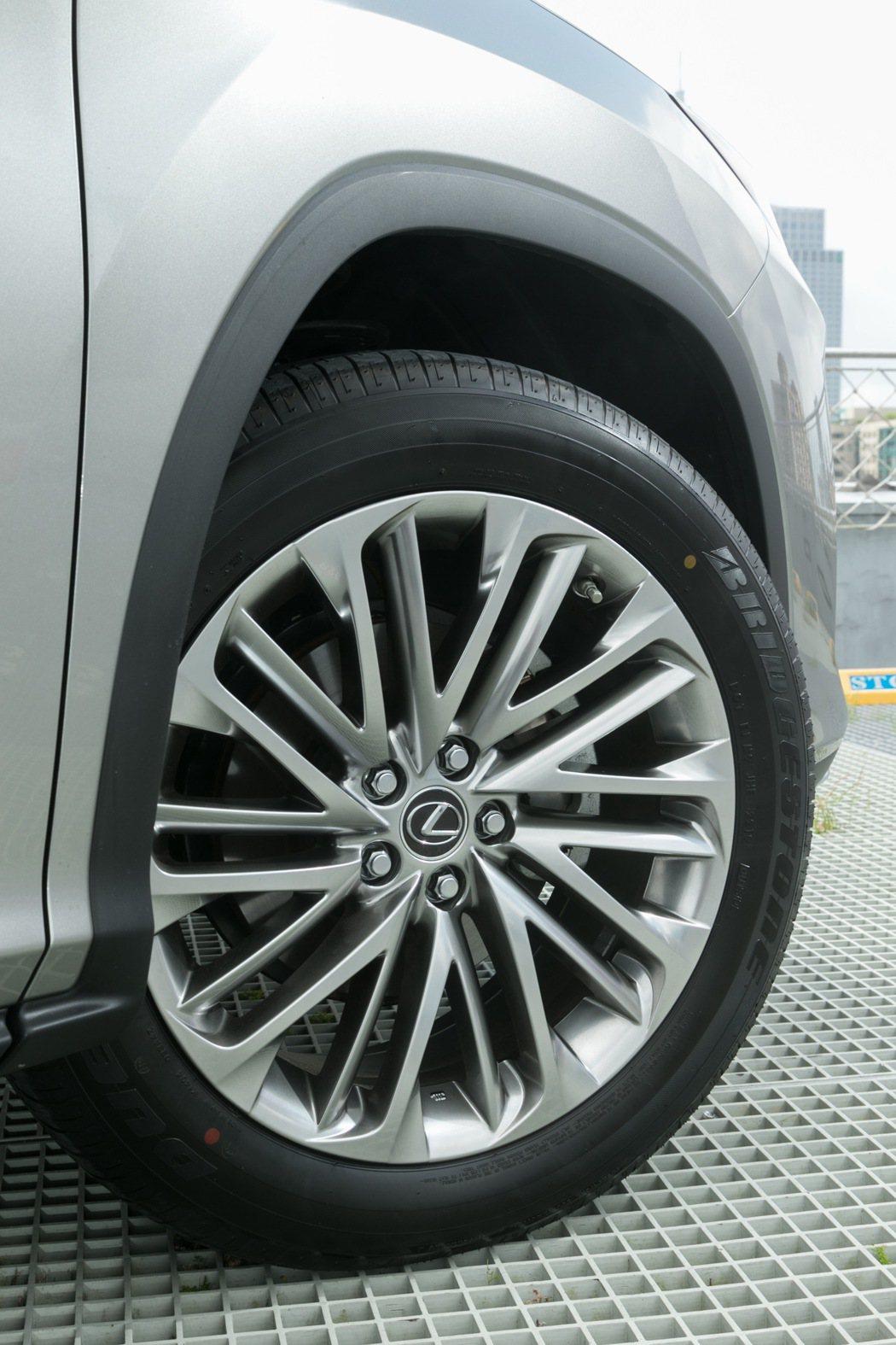 六人座及七人座車型換上全新20吋高亮銀鋁圈。 記者陳立凱/攝影