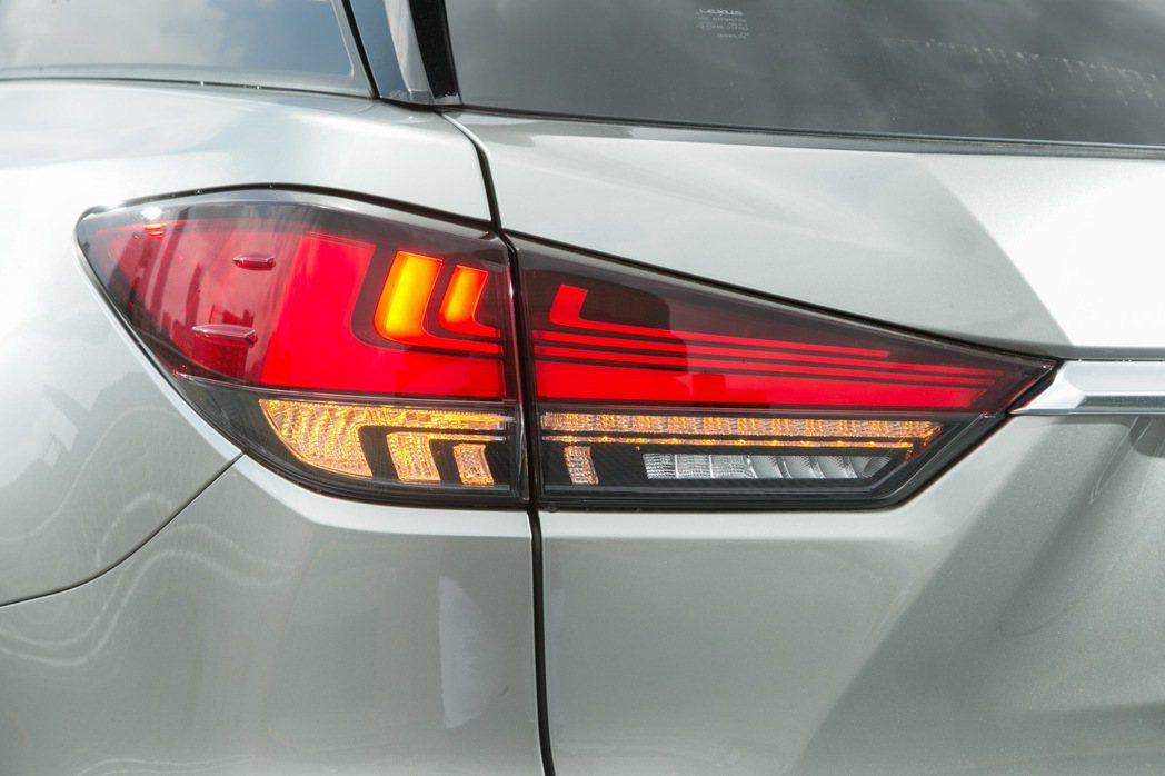 車尾則導入類似LS車系的L-shaped LED光條尾燈組。 記者陳立凱/攝影