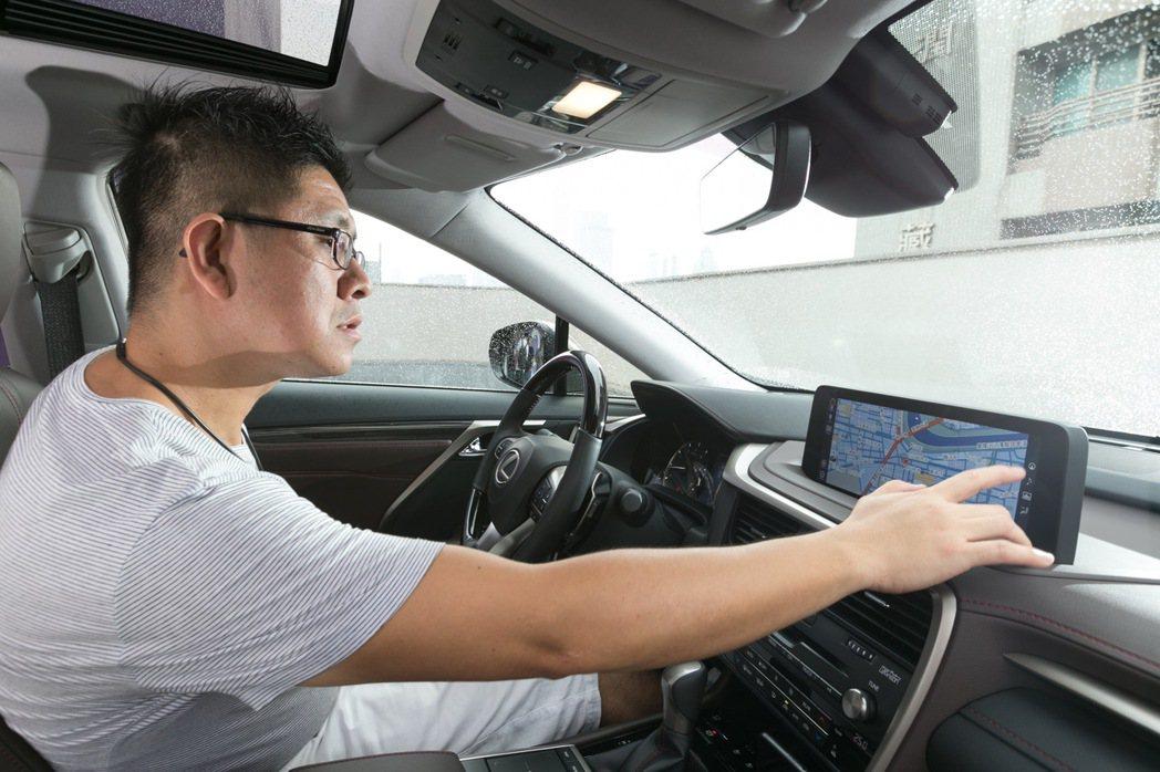 全新RX的觸控式螢幕較現行螢幕位置前移13公分,讓消費者可於指尖輕鬆操作。 記者...