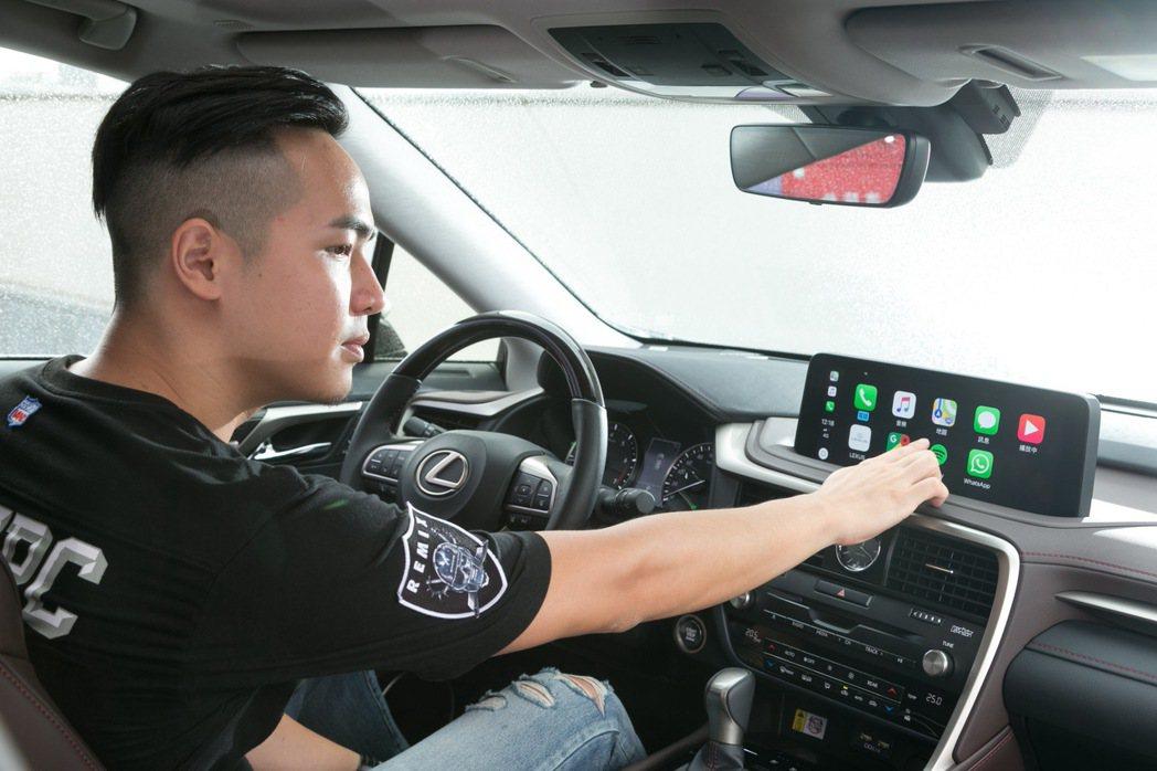 全新RX也新增支援Apple CarPlay與Android Auto操作,藉此...
