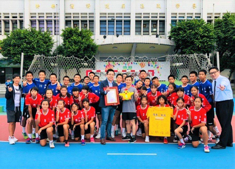 「漳和國中手球隊」是公勝北二業務中心在相對提撥專案贊助的隊伍。公勝/提供。