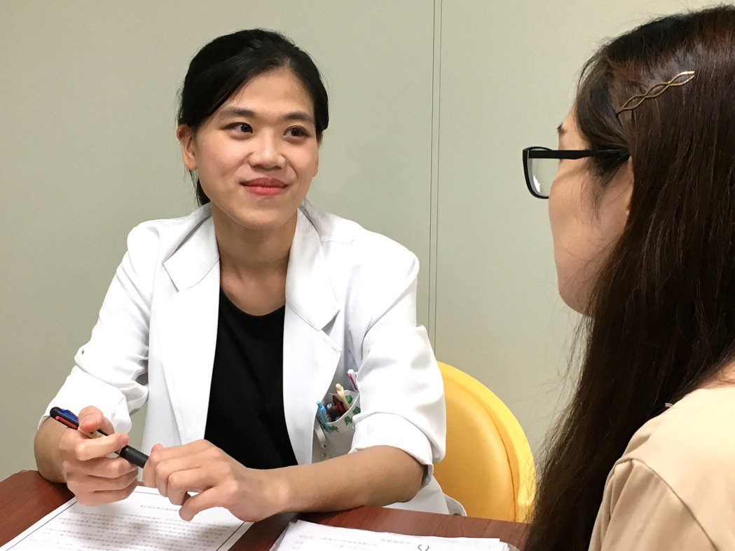醫師提醒男生應戴保險套女生服用常規避孕藥雙重防護避孕以保有人生選擇權。